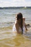 Muchacha adolescente de la sirena en el lago Foto de archivo