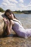 Muchacha adolescente de la sirena en el lago Fotografía de archivo