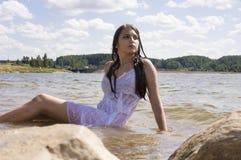 Muchacha adolescente de la sirena en el lago Fotos de archivo libres de regalías