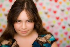 Muchacha adolescente de la tarjeta del día de San Valentín tímida Foto de archivo