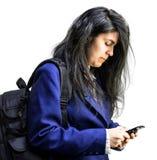 Muchacha adolescente de Latina que mira abajo el teléfono celular Imágenes de archivo libres de regalías