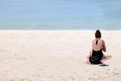 Muchacha adolescente de los viajeros que se relaja en la playa Imagen de archivo