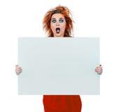 Muchacha adolescente de mirada interesante con el tablero en blanco Fotos de archivo