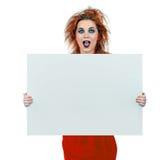 Muchacha adolescente de mirada interesante con el tablero en blanco Fotografía de archivo libre de regalías