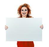 Muchacha adolescente de mirada interesante con el tablero en blanco Fotos de archivo libres de regalías