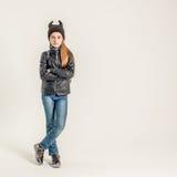 Muchacha adolescente de moda en chaqueta negra Fotos de archivo libres de regalías