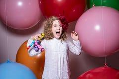 Muchacha adolescente de moda en un vestido blanco con un juguete suave a disposición s Fotos de archivo