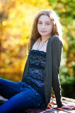 Muchacha adolescente de moda hermosa al aire libre Foto de archivo