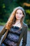Muchacha adolescente de moda hermosa al aire libre Fotos de archivo