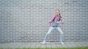 Muchacha adolescente de nuevo a escuela almacen de video