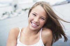 Muchacha adolescente de pelo largo joven que se coloca en la playa Foto de archivo libre de regalías