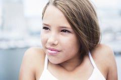 Muchacha adolescente de pelo largo joven que se coloca en la playa Imagen de archivo libre de regalías