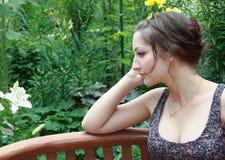 Muchacha adolescente de pensamiento hermosa en la naturaleza Fotografía de archivo libre de regalías