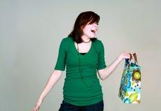 Muchacha adolescente de risa con el bolso del regalo Fotografía de archivo libre de regalías
