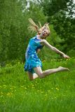 Muchacha adolescente de salto Imágenes de archivo libres de regalías