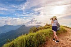 Muchacha adolescente del caminante que sostiene una cámara para la fotografía Imagen de archivo