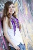 Muchacha adolescente del estilo cerca de la pared de la pintada. Fotografía de archivo