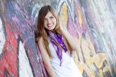 Muchacha adolescente del estilo cerca de la pared de la pintada. Foto de archivo
