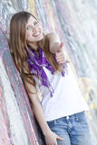 Muchacha adolescente del estilo cerca de la pared de la pintada. Fotos de archivo