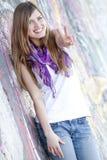 Muchacha adolescente del estilo cerca de la pared de la pintada. Imagen de archivo libre de regalías