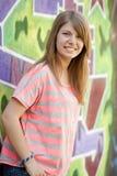 Muchacha adolescente del estilo cerca de la pared de la pintada. Imagen de archivo