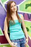Muchacha adolescente del estilo cerca del fondo de la pintada. Fotos de archivo