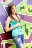 Muchacha adolescente del estilo cerca del fondo de la pintada. Foto de archivo libre de regalías