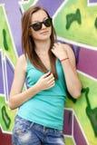Muchacha adolescente del estilo cerca del fondo de la pintada. Fotografía de archivo