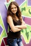 Muchacha adolescente del estilo cerca del fondo de la pintada. Imágenes de archivo libres de regalías