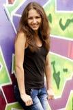 Muchacha adolescente del estilo cerca del fondo de la pintada. Imagen de archivo