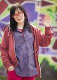 Muchacha adolescente del estilo que coloca la pared cercana de la pintada. Imagen de archivo