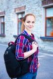 Muchacha adolescente del estudiante con la mochila que se coloca en la calle Imagen de archivo