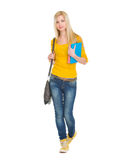 Muchacha adolescente del estudiante con los libros que van adelante Imagen de archivo libre de regalías
