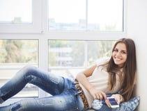 Muchacha adolescente del estudiante con smartphone en casa Imágenes de archivo libres de regalías