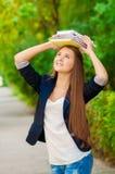 Muchacha adolescente del estudiante que sostiene los libros Foto de archivo