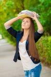 Muchacha adolescente del estudiante que sostiene los libros Fotos de archivo