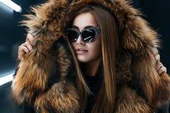 Muchacha adolescente del inconformista en las gafas de sol que presentan sobre la pared Fotos de archivo