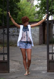Muchacha adolescente del inconformista que presenta al aire libre Fotos de archivo