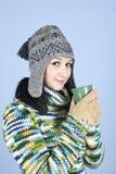 Muchacha adolescente del invierno con la bebida caliente Foto de archivo
