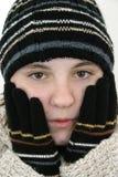 Muchacha adolescente del invierno en sombrero y guantes Imágenes de archivo libres de regalías