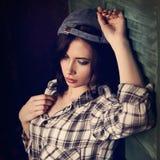 Muchacha adolescente del maquillaje hermoso en s a cuadros blanco y negro de moda Fotografía de archivo