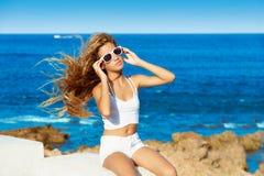 Muchacha adolescente del niño rubio en el pelo rizado largo de la playa Fotos de archivo