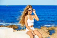 Muchacha adolescente del niño rubio en el pelo rizado largo de la playa Fotos de archivo libres de regalías