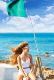 Muchacha adolescente del niño rubio en el pelo rizado largo del viento de la playa Imagen de archivo libre de regalías