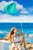 Muchacha adolescente del niño rubio en el pelo rizado largo del viento de la playa Fotografía de archivo