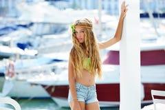 Muchacha adolescente del niño rubio en el puerto mediterráneo España Foto de archivo