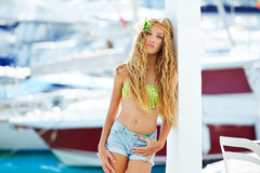 Muchacha adolescente del niño rubio en el puerto mediterráneo España Fotografía de archivo