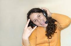 Muchacha adolescente del partido que tiene música que escucha de la diversión Fotografía de archivo
