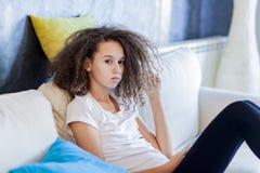 Muchacha adolescente del pelo rizado Fotografía de archivo libre de regalías