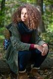 Muchacha adolescente del pelo rizado en bosque del otoño Fotografía de archivo libre de regalías